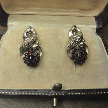 Georgian 14k yellow gold garnet earrings