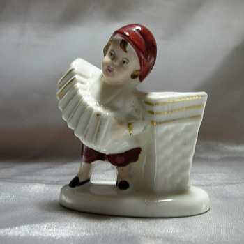 Boy playing accordeon - Art Pottery