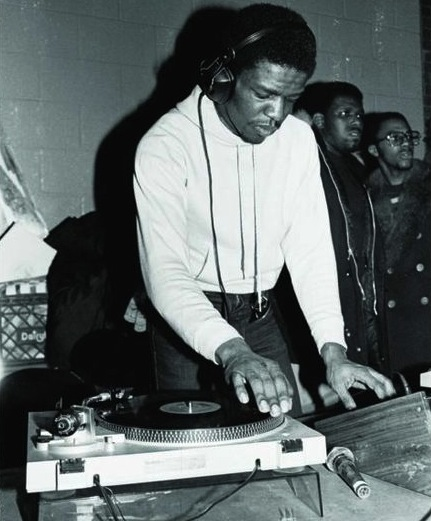 Grand Wizard Theodore deejays a party in the 1980s. Via Instituto Urbano.