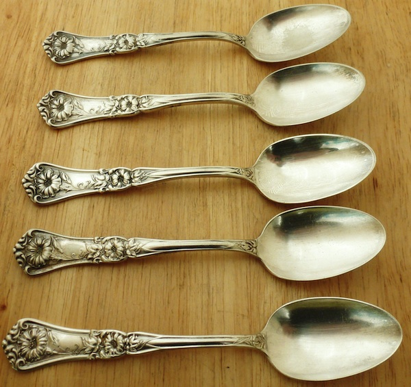 In 1929, the Oneida Community purchased the Wm A. Rogers company and began making lower-quality silverware with that mark. Rogers originated this silverplate Grenoble-Gloria pattern in 1906.