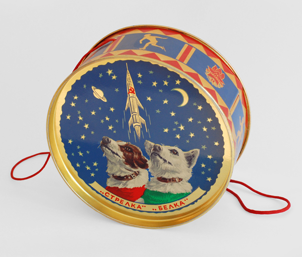 One of the sweet tins that were given to young guests of the New Year's Eve party celebrating 1960 at the Kremlin. (© FUEL Publishing / Marianne Van den Lemmer)