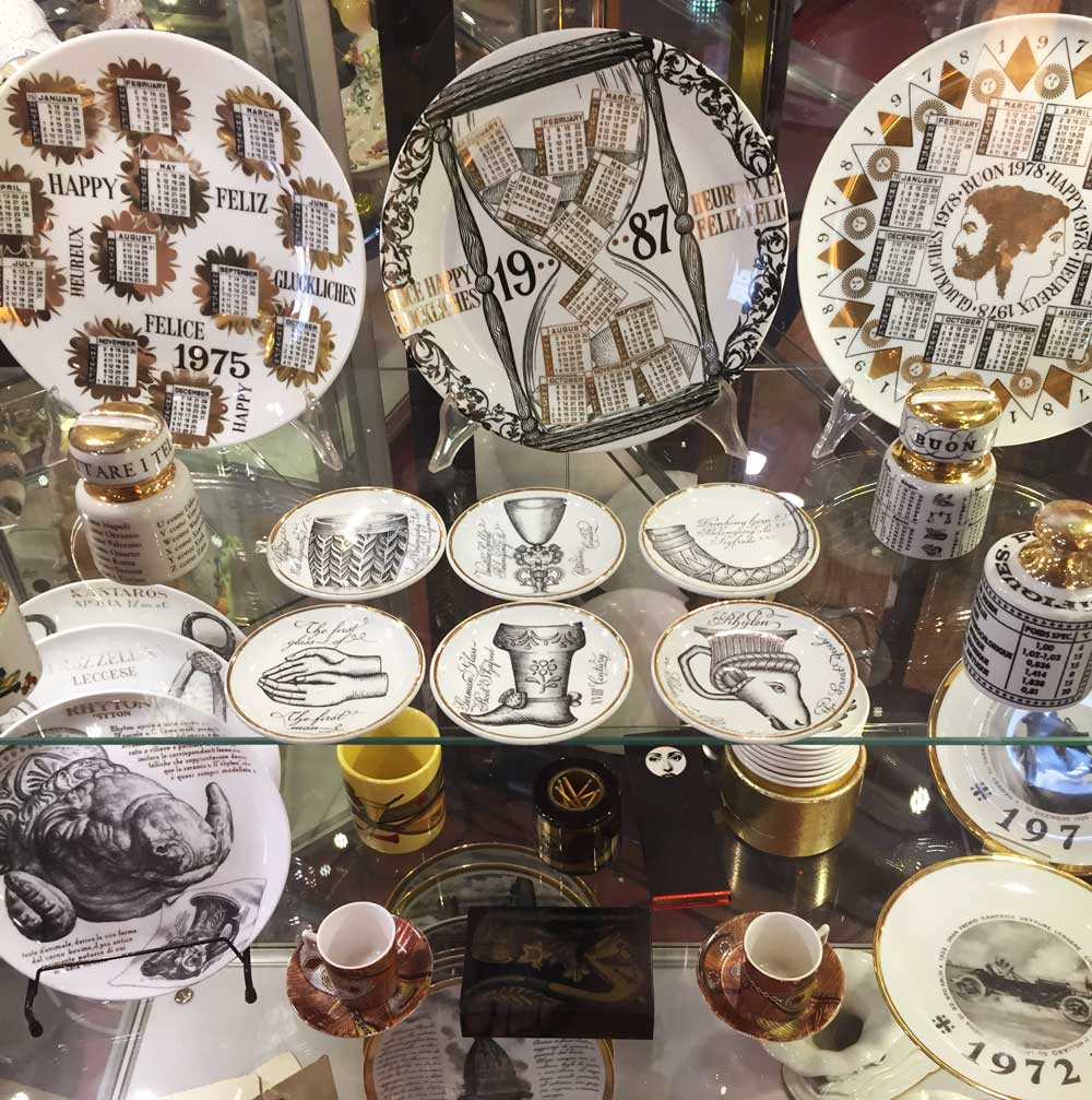 A grouping of Fornassetti porcelain at Mercanteinfiera.