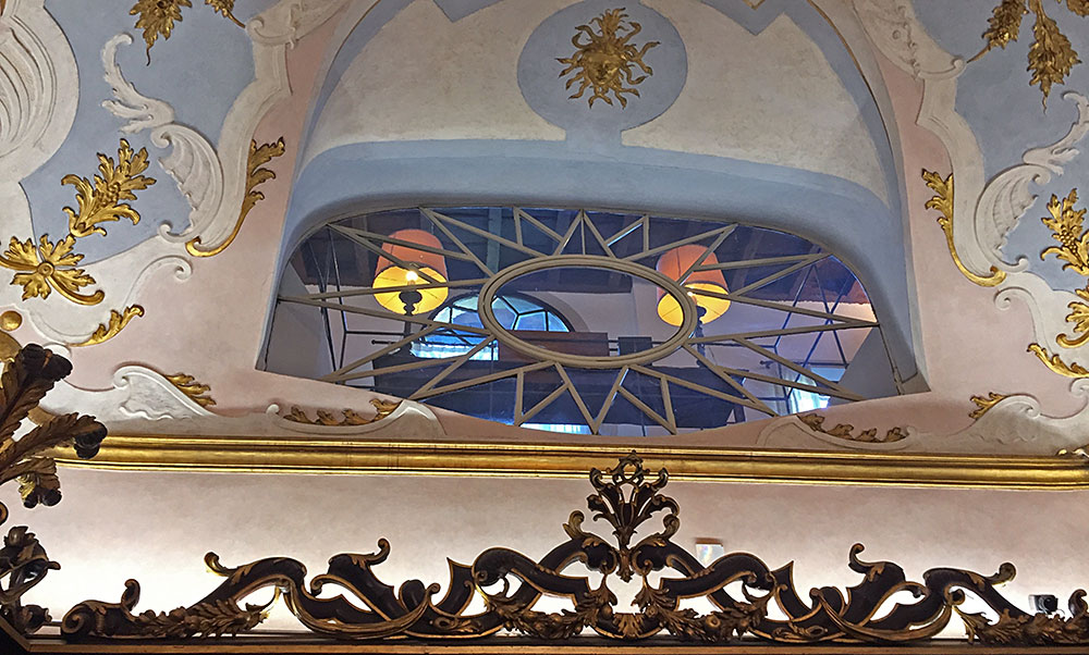 This window connected the office of the rector, who oversaw Santa Maria Novella's monastery, with the original sales room.